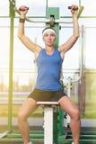 Athlète féminin caucasien dans l'équipement professionnel ayant des exercices d'haltérophilie Photo libre de droits