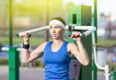 Athlète féminin caucasien dans l'équipement professionnel ayant des exercices d'haltérophilie Photos libres de droits