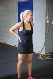 Athlète féminin convenable de sourire Taking une coupure dans le club de santé photos libres de droits