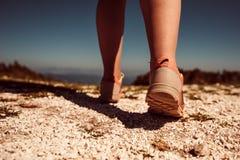 Athlète féminin courant sur le chemin rocheux de montagne Photographie stock libre de droits