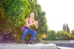 Athlète féminin exécutant des sauts dehors au parc image libre de droits