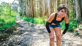 Athlète féminin faisant une pause à une concurrence de traînée photographie stock