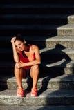 Athlète féminin fatigué après la formation photos libres de droits