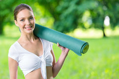 Athlète féminin remettant le tapis Photos libres de droits