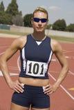 Athlète féminin At Running Track photo stock