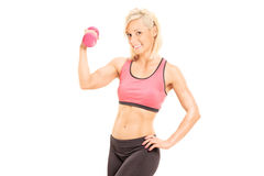 Athlète féminin s'exerçant avec une haltère rose Images libres de droits