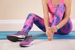 Athlète féminin souffrant de la douleur de pied pendant la formation images libres de droits