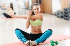 Athlète faisant l'étirage avant une séance d'entraînement Photo stock