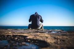 Athlète faisant la pause se reposant sur des roches photos stock