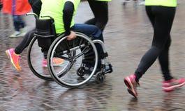 Athlète handicapé avec le fauteuil roulant pendant une compétition sportive photographie stock