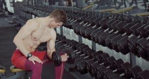 Athlète Looking à son biceps clips vidéos