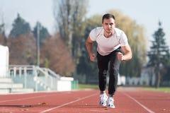 Athlète Man Sprinting sur la voie courante photographie stock