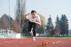 Athlète Man Sprinting sur la voie courante photo libre de droits