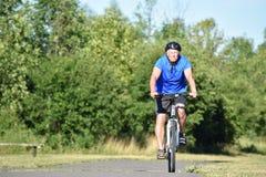 Athlète masculin adulte impassible Biking images libres de droits