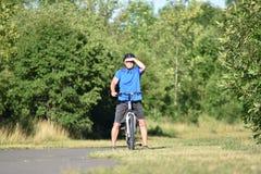 Athlète masculin adulte Sunny Day Biking photos stock