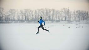Athlète masculin courant en hiver extérieur clips vidéos