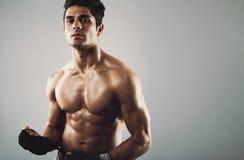 Athlète masculin hispanique avec le physique musculaire Images stock
