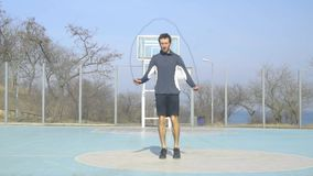Athlète masculin s'exerçant dehors clips vidéos