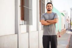 Athlète masculin s'exerçant et s'exerçant dehors photographie stock libre de droits