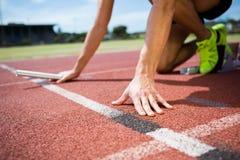 Athlète prêt à commencer la course de relais photographie stock libre de droits