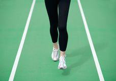 Athlète Runner Feet Running de femme sur la voie courante verte Concept de bien-être de forme physique et de séance d'entraînemen Images stock