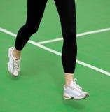 Athlète Runner Feet Running de femme sur la voie courante verte Concept de bien-être de forme physique et de séance d'entraînemen Photos libres de droits