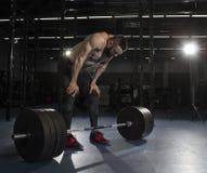 Athlète sans chemise musculaire attirant faisant la pause du heav photographie stock libre de droits