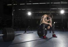 Athlète sans chemise musculaire attirant faisant la pause du heav images stock