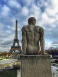 Athlète Sculpture Overlooking Tour Eiffel photographie stock libre de droits