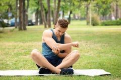 Athlète souffrant de la douleur de coude pendant la formation dehors images stock