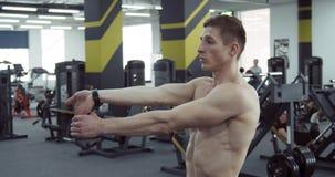 Athlète Stretches ses bras banque de vidéos