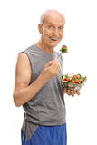 Athlète supérieur mangeant d'une salade photos stock