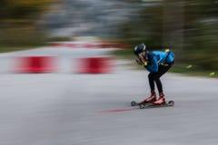 Athlète sur des petits pains de patinage de rouleau, ski de fond images libres de droits