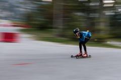 Athlète sur des petits pains de patinage de rouleau, ski de fond photos stock