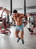Athlète sur les anneaux gymnastiques Images stock