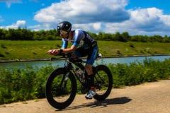 Athlète sur un vélo pendant une course de triathlon dans Bilzen photos stock