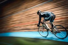 Athlète sur une piste cyclable photo stock
