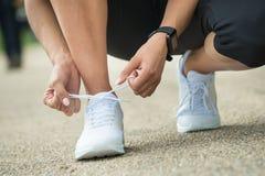 Athlète Tying Shoelaces image libre de droits