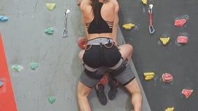Athlètes attirants améliorant l'équilibre et la coordination, mouvement lent clips vidéos