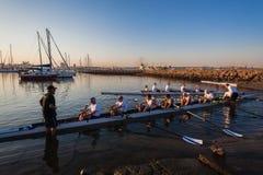 Athlètes de cale ramant la régate de canoës photographie stock libre de droits