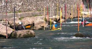 Athlètes de formation de jayak de canoë sur la rivière clips vidéos