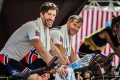 Athlètes de la Norvège sur un monde ramant la concurrence de tasse réchauffant sur une bicyclette image stock