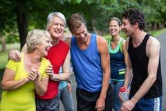 Athlètes de marathon posant et riant Photographie stock