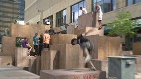 Athlètes de Parkour à Denver banque de vidéos
