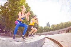 Athlètes exécutant des sauts pendant le train fonctionnel photos stock