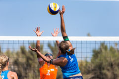 Athlètes féminins dans l'action pendant un tournoi dans le volleyball de plage Images libres de droits