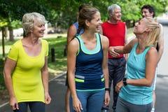 Athlètes féminins de marathon riant ensemble Photographie stock libre de droits