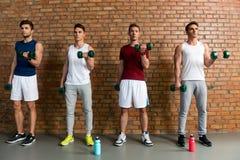 Athlètes masculins habiles soulevant des poids Photos libres de droits