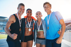 Athlètes multiraciaux heureux célébrant la victoire images libres de droits