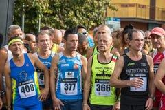 Athlètes prêts à commencer dans un marathon images stock